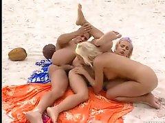 Beach threesome has great butt slam