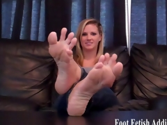 Jerk off while sucking on my colourless toes
